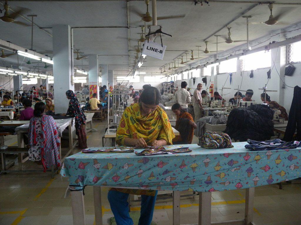 Femmes travaillant dans une usine de textile au Bangladesh